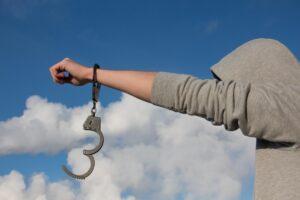 Звільнення з-під варти із застосуванням домашнього арешту у певний час доби